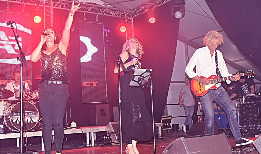 Vrienden van Katwijk met de band Support Act. Zij zongen de pannen van het dak. | Foto: Piet van Kampen