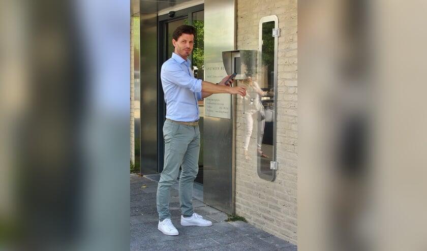 Apotheker Michiel Grijsen bij de nieuwe uitgifterobot voor medicijnen aan de Lijtweg.   Foto Willemien Timmers