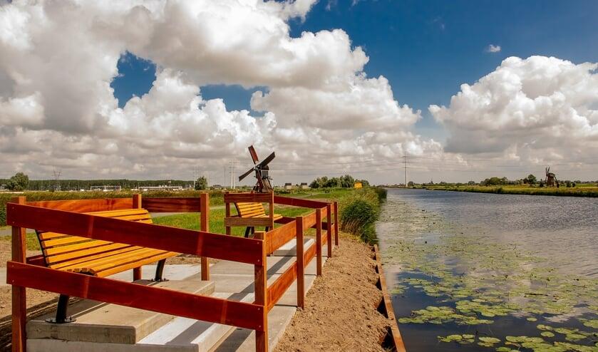 Het uitkijkpunt op het dijkje langs De Does. Op de grens van land en water is de bovenkant te zien van de dure stalen damwand die verplicht moest worden aangelegd om het uitkijkpunt te realiseren.