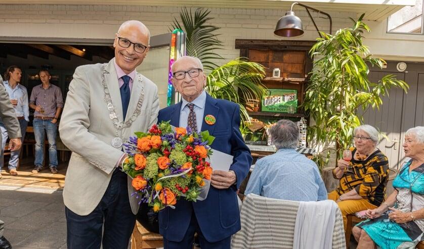 Burgemeester Emile Jaensch kwam langs om de eeuwling namens de gemeente bloemen te overhandigen.
