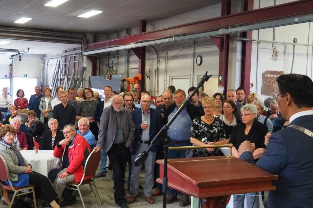 Toespraak van burgemeester Van der Zwam (geheel rechts) tijdens het jubileum, in de werkplaats  © Rondom Heerenveen