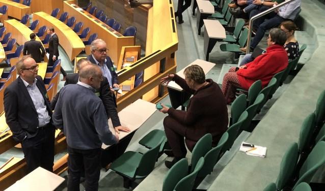 Tijdens een schorsing praatten onder andere de voorzitters van de VRB, FAM en BOVAG elkaar bij tijdens de behandeling van d tweede termijn in de Tweede Kamer.