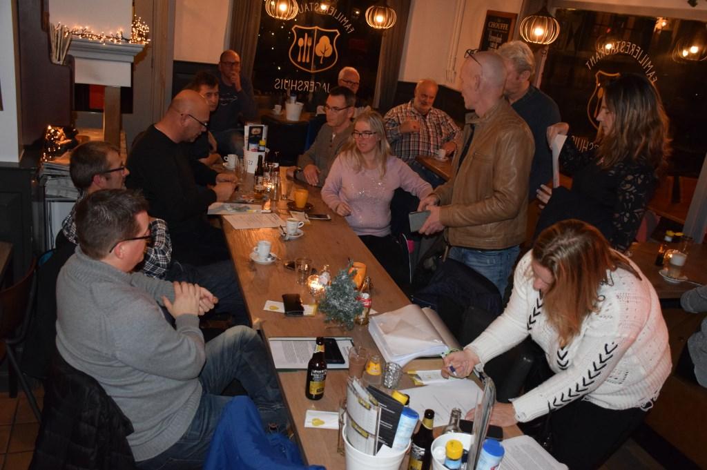 Het was een drukke en gezellige bedoening bij het ondertekenen van de contacten in 't Jagershuis in Lage Vuursche afgelopen vrijdagavond.  © rij-instructie.nl