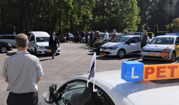 Instructeurs brengen een laatste groet aan Henk Reinink.