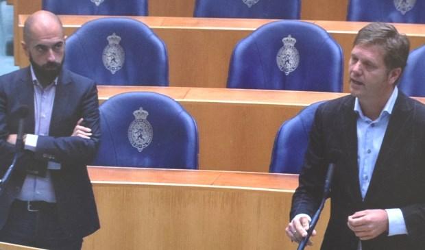 Sem Lacin (SP, links) en Matthijs Sienot (D66) staan bij de interruptiemicrofoon.