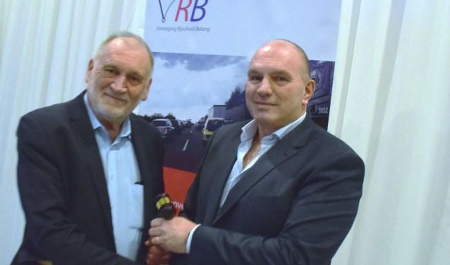 Peter van Neck (links) droeg vorig jaar de voorzittershamer van de VRB over aan Eric Bakker, maar die heeft deze nu weer ingeleverd.