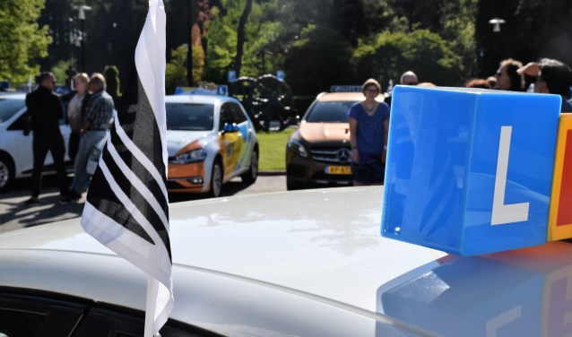 De rijscholenbranche was in  groten getale aanwezig bij het afscheid van Henk Reinink.