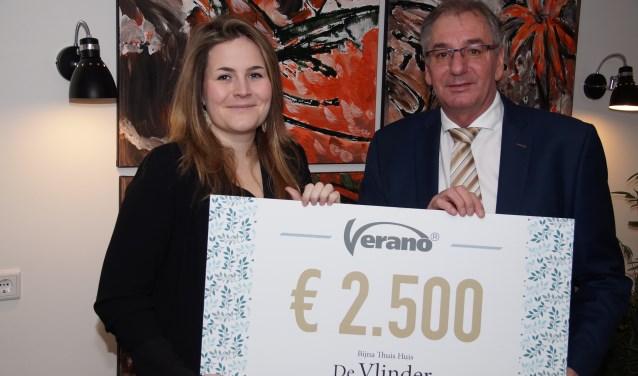 Een mooie cheque van 2500 euro (Foto, Cor Delissen)