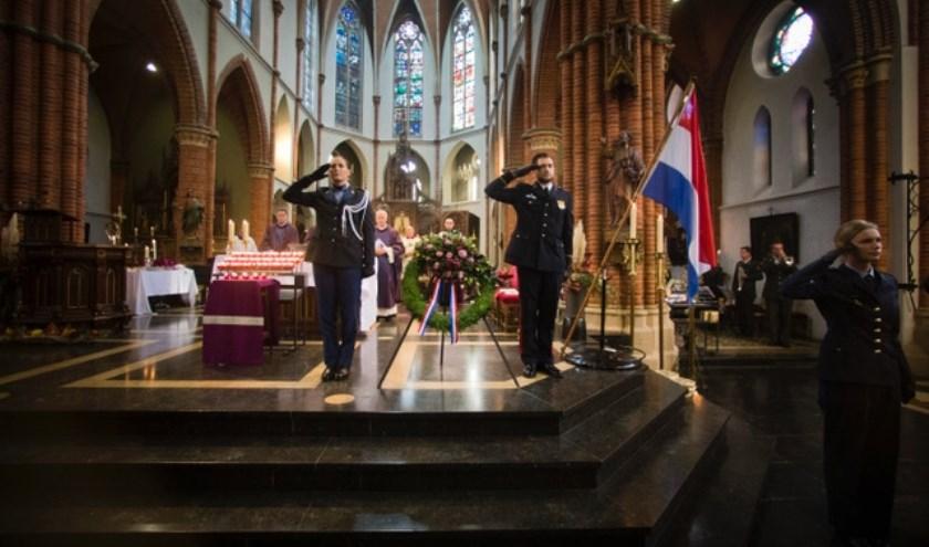 Best 04-11-2017 Traditiegetrouw worden alle gevallenen van het Ministerie van Defensie, zowel militair als burger, de eerste zaterdag na allerzielen herdacht in de RK kerk.