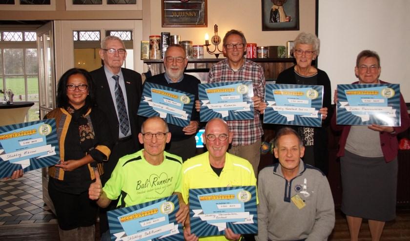 De blije ontvangers en de (ex)voorzitters van Stichting Kringloop Handmelken (Foto, Cor Delissen)