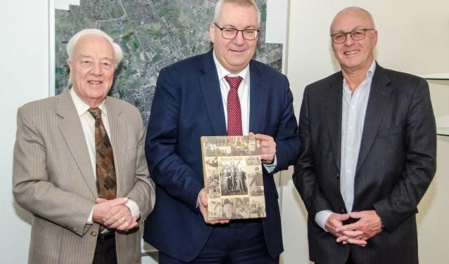 Burgemeester Ubachs ontvangt het eerste exemplaar (Foto, Cobie van den Brink)