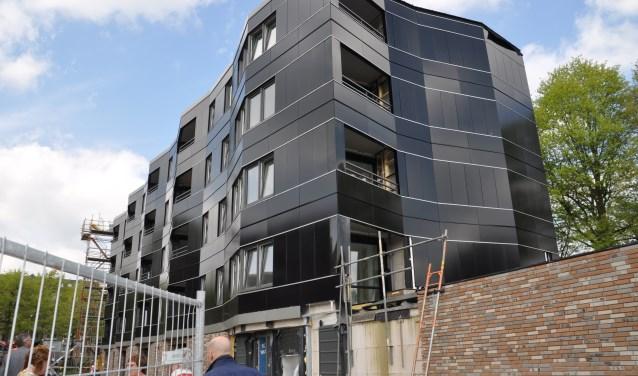 Glanzend zwarte gevels aan deze appartementen