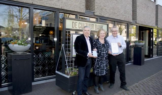 Een trotse Ingrid van Beek tussen wethouder Verheijen en burgemeester Ubachs