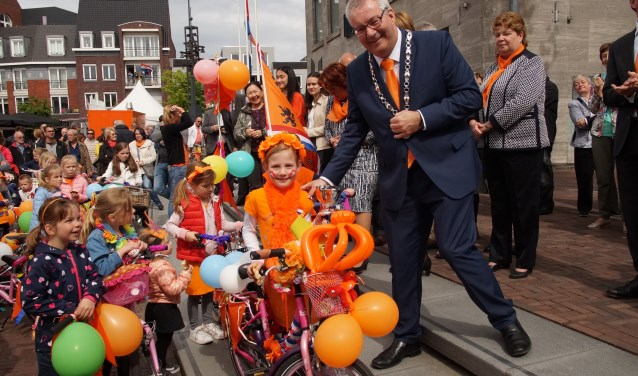 Fleur van Dijk had de mooist versierde fiets en kreeg een fraaie beker (Foto, Cor Delissen)