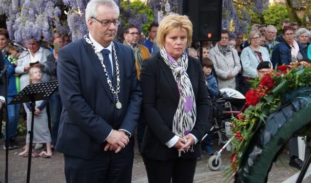 Burgemeester Ubachs en raadsnestor Veronique Zeeman legden de krans namens de gemeente (Foto, Cor Delissen)