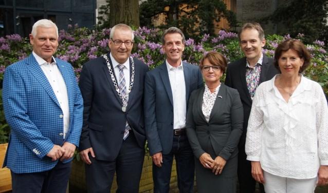 Van links naar rechts; Rik Dijkhoff, burgemeester Hans Ubachs, Marc van Schuppen, Wilma van der Rijt, Stan van der Heijden en gemeentesecretaris Ceciel Noordman (Foto, Cor Delissen)