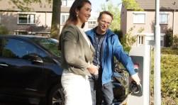 Gedeputeerde Anne-Marie Spierings en Joop Baltussen, de electrische rijder (Foto, Cor Delissen)