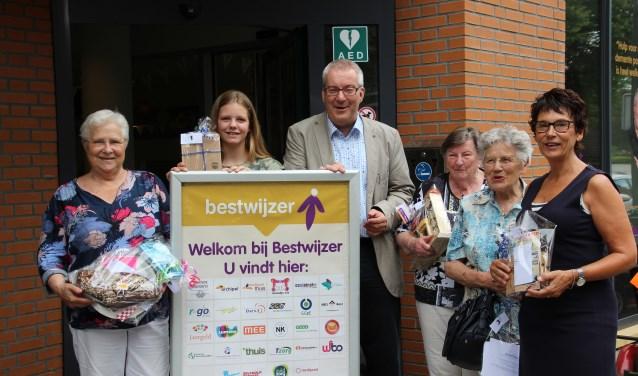 Burgemeester Ubachs wordt omringd door de prijswinnaars
