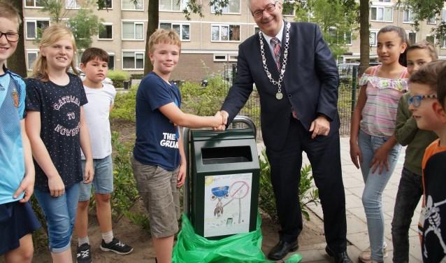 Bijna het hele college hielp mee de afvalbakken te onthullen (Foto, Cor Delissen)