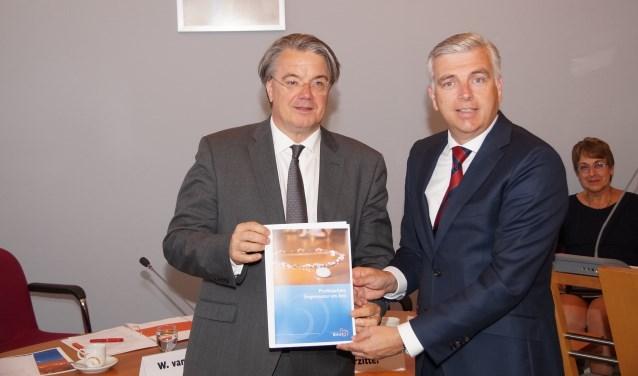 CdK Wim van de Donk krijgt de profielschets van ex-wethouder John Verheijen (Foto, Cor Delissen)