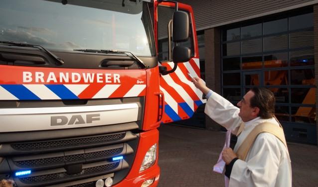 Pastor Brouwers zegent de nieuwe auto van de brandweer (Foto, Cor Delissen)