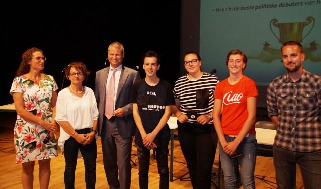 De prijswinnaars en de jury van het scholierendebat (Foto, Cor Delissen)