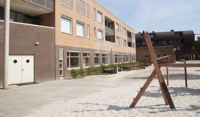De school met de bovenliggende appartementen (Foto, Cor Delissen)