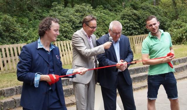 V.l.n.r. Harold Schraven van theatergroep Bluv, presentator Ruud Opdenkamp, burgemeester Ubachs en Jan Roche (Foto, Cor Delissen)