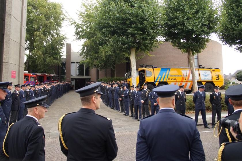 Tientallen brandweercollega's vormden de erehaag (Foto, Cor Delissen)