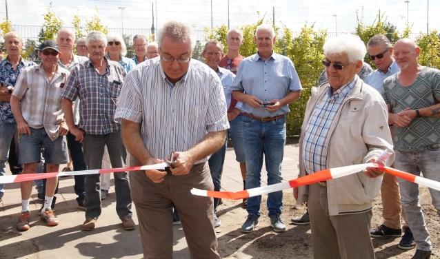 De officiële handeling van burgemeester Ubachs en voorzitter Johan van Waterschoot (Foto, Cor Delissen)