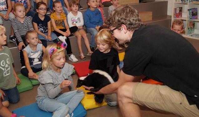 Alle kinderen mochten het stinkdier even aaien (Foto, Cor Delissen)