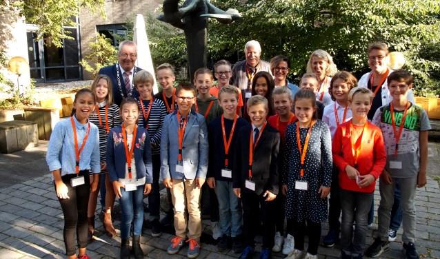 De nieuwe Jeugdraad met hun begeleiders en burgemeester Ubachs (Foto, Cor Delissen)