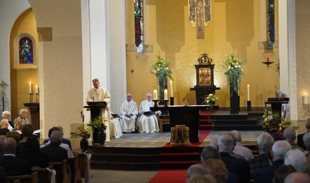 Jan van Lieverloo heet de parochianen welkom (Foto, Cor Delissen)