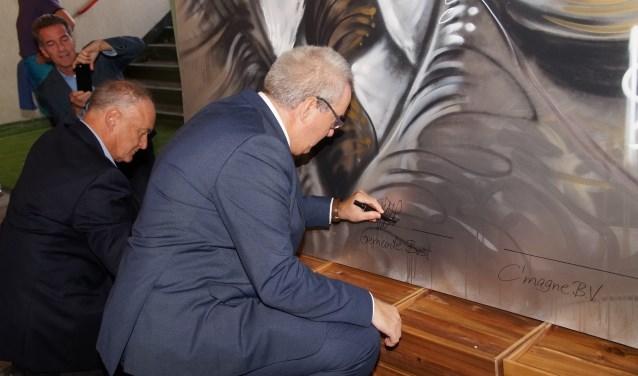 Tomas Bata en de burgemeester zetten hun handtekening op de grote tekening (Foto, Cor Delissen)