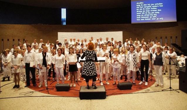 Bijna 150 zangers en zangeressen in één koor (Foto, Cor Delissen)