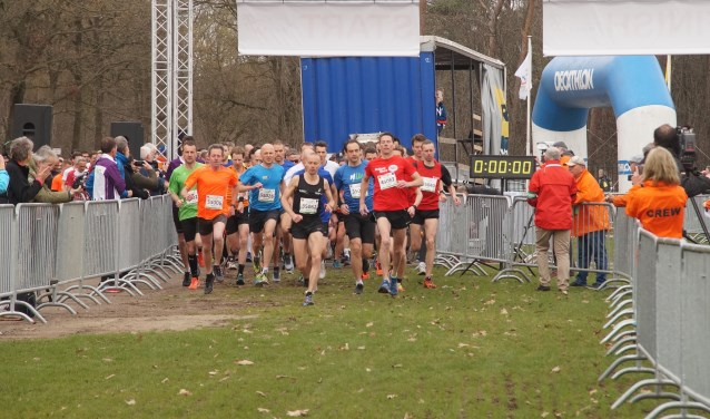 Ruim 600 lopers gingen van start voor de 12 km (Foto, Cor Delissen)