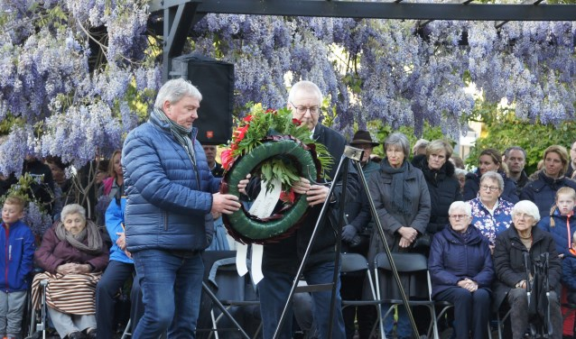 Burgemeester Ubachs en raadslid Jo van den Boogaard leggen een krans (Foto, Cor Delissen)