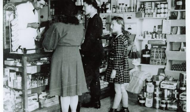 Interieur drogisterij Herman Aartsen in 1960