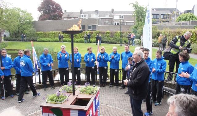 Burgemeester Ubachs en één van de lopers ontstaken de vlam (Foto, Cor Delissen)