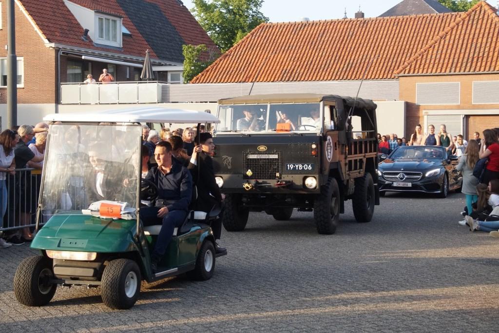 De gekste voertuigen brachten de jeugd naar Prinsenhof (Foto, Cor Delissen)  © Groeiend Best
