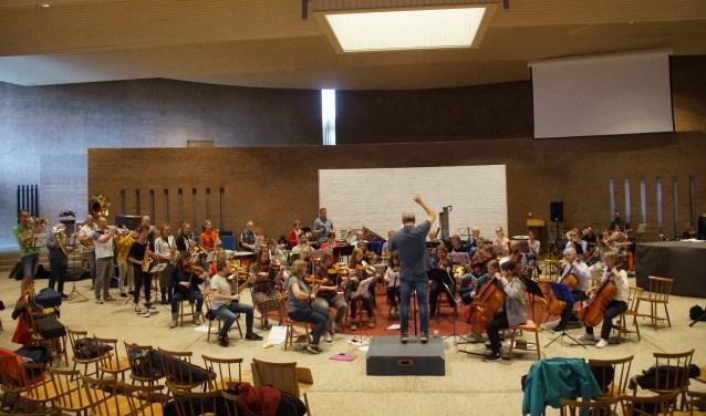 Een imposant orkest repeteert voor de 'Proms' (Foto, Cor Delissen)