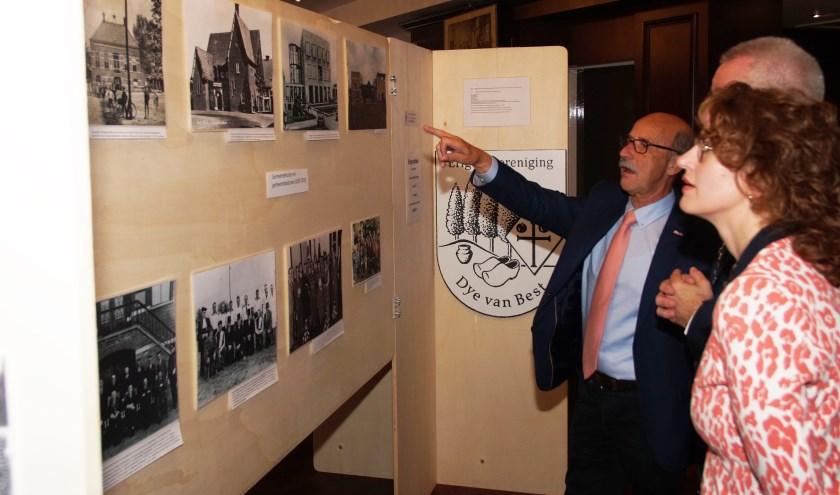 Voorzitter Harrie van Vroenhoven gaat de tentoonstelling rond met Burgemeesters Ubachs en Keijzers (Foto, Cor Delissen)