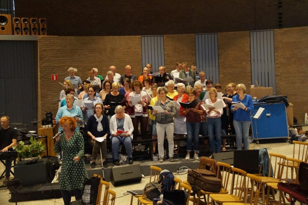 Het koor met soliste Saskia Vos (Foto, Cor Delissen)  © Groeiend Best