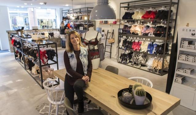 """Esther Verbunt in haar winkel: """"Iedereen is mooi, dat gevoel willen we onze klanten graag meegeven."""" Foto: Niek Geneuglijk"""