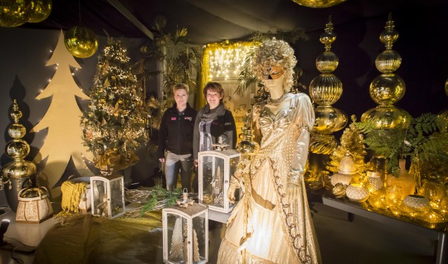Nel van Engelen en een van haar medewerksters tonende kerstshowFoto: Niek Geneuglijk