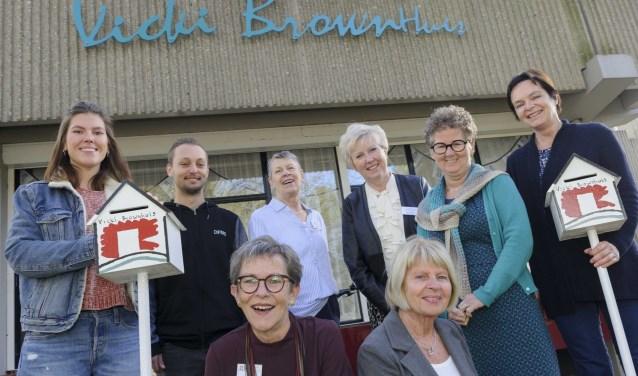 Een deel van de vrijwilligers van het Vicki Brownhuis, met geheel rechts Jacqueline Crooijmans.Foto: Ben Nienhuis