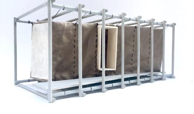 Voor de Binnenhuif wordt gebruik gemaakt van natuurlijke materialen stro en katoen, hangend als een huif binnen een skelet van hergebruikt steigermateriaal