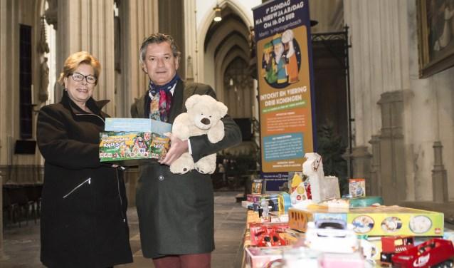 Robert van Straaten overhandigt Betty Neefs, bestuurslid Bossche Kleding & Speelgoedbank, symbolisch de eerste Vierde Geschenken. Foto: Niek Geneuglijk