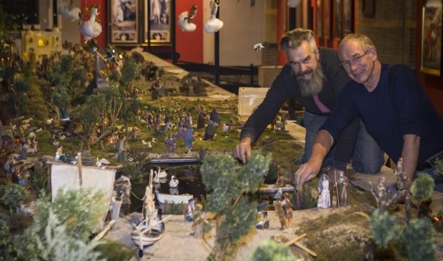 Fred van der Zwet en Roel den Dulk bouwden het kerstdiorama met eigen handen op Foto: Niek Geneuglijk