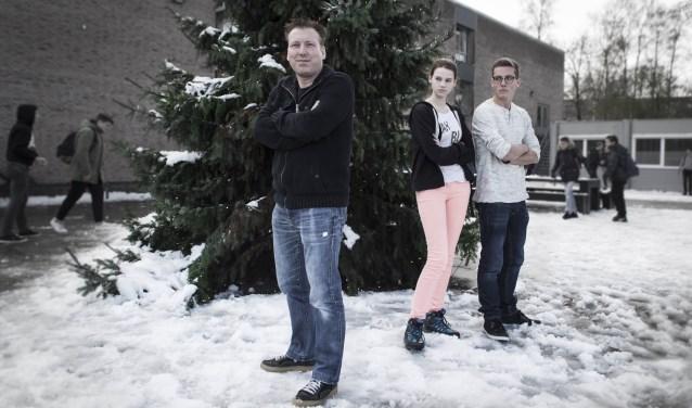 René van Gerven samen met leerlingen Giovanny Slagter (Gijs) en Annick Derksen (Badel). Foto: Niek Geneuglijk